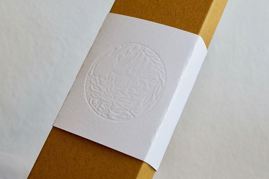 掛け紙にエンボス加工のロゴマークがあります